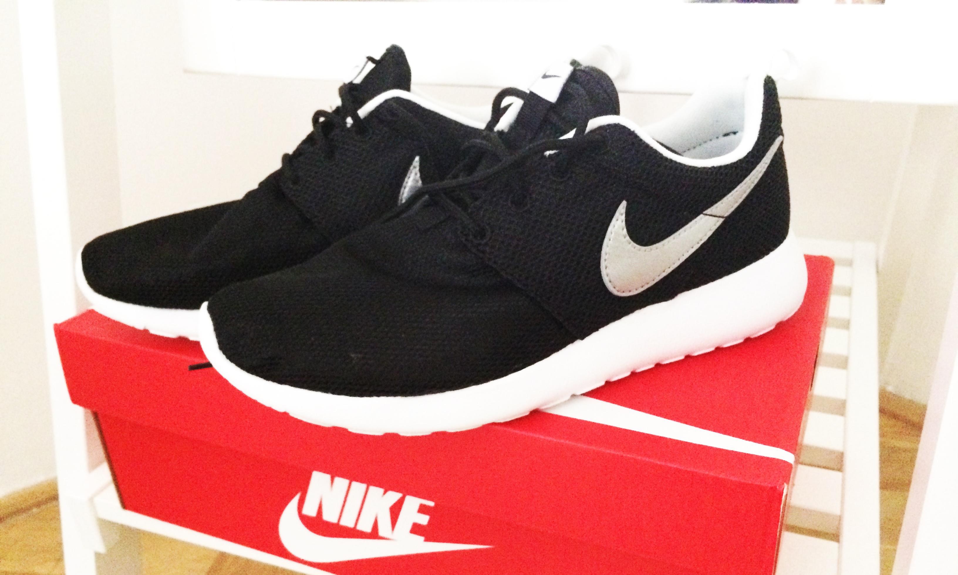 Nike Roshe Courir Slip Sur Les Robes Rouge / Blanc